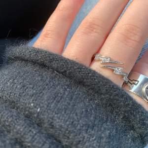 Säljer dessa silverringar! Super snygga och gör verkligen en outfit🥺😍 alla ringar är justerbara så dem passar alla💕 alla finns kvar förutom händerna🐻⚡️✨