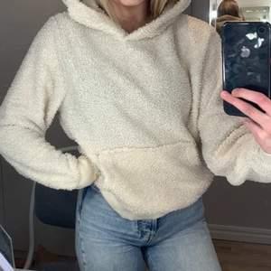 Jätte mysig Teddy hoodie i storlek M som har mjuk flis i luvan. Säljer denna då jag nyligen rensat min garderob och insett att jag knappt använt denna tröja.