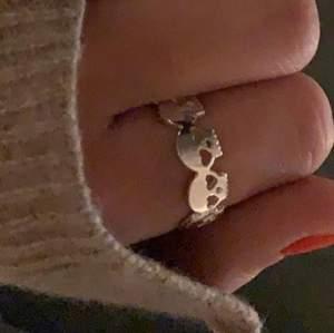 Säljer min ring med döskalle i storlek 7 som brukar passa dom flesta på nått finger💗säljer då jag inte använder den så mycket! super fin🤩(lånad bild)