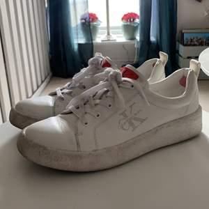 Sneakers från Calvin Klein, använt skick men fina! Storlek 38. Kan skickas men köpare står då för frakten!✨ kolla gärna in mina andra annonser!