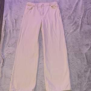 Säljer dessa jeans från Monki som är krämvit, dom är använda 1-3 gånger.                                                              kontakta mej om du intresserad och vill se fler bilder mm