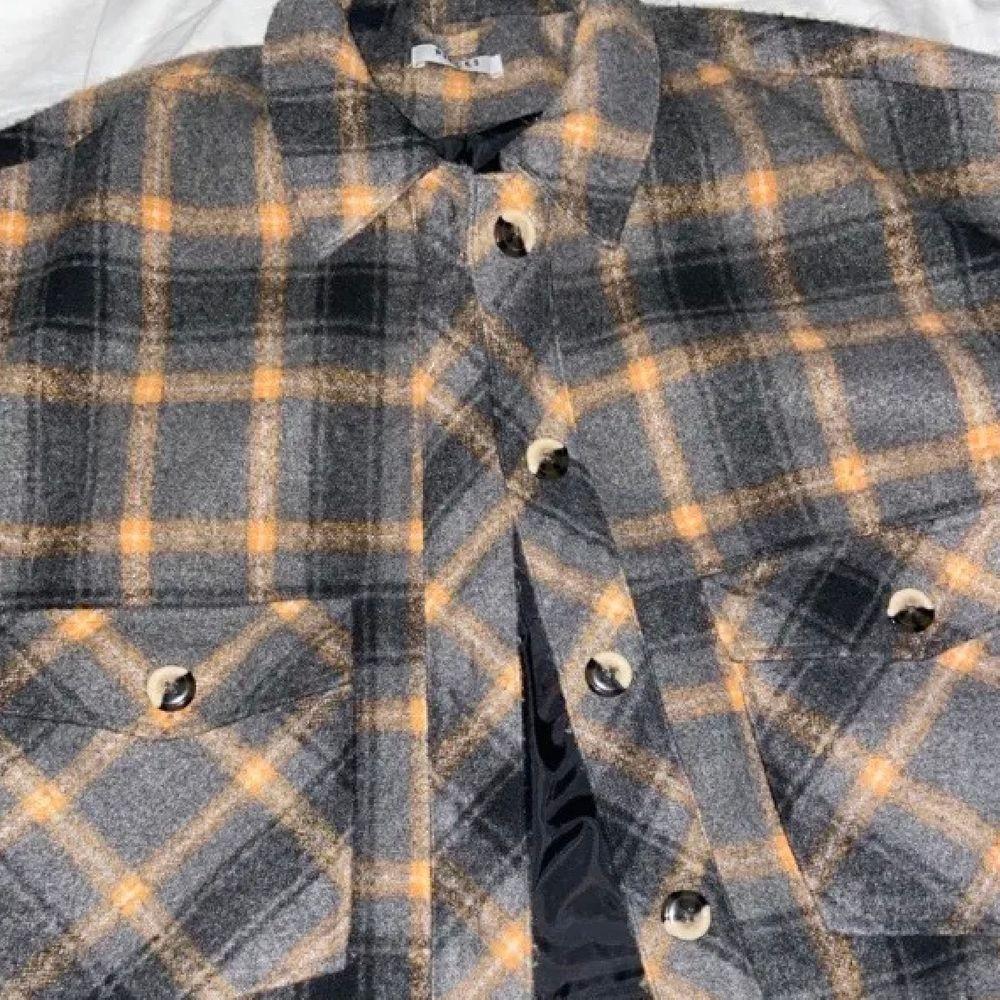 Säljer denna supersnygga oversized rutiga jackan då den tyvärr inte kommer till användning, köpt här på plick. Skriv privat för fler frågor!💕. Jackor.