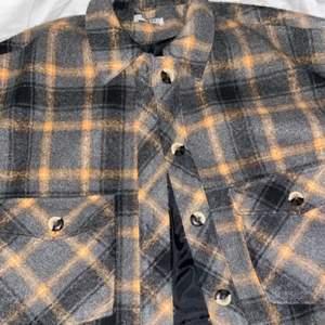 Säljer denna supersnygga oversized rutiga jackan då den tyvärr inte kommer till användning, köpt här på plick. Skriv privat för fler frågor!💕