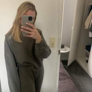 Grå sweatshirt från Gina i M! Har en liten fläck på kragen i nacken som är blekt men inget som syns med nedsläppet hår
