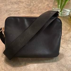 Cool Lindex väska nästan aldrig använd har mycket bra förvaring och man kan ändra längden i bandet❤️💕