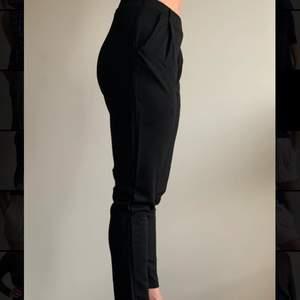 Ett par stiliga kostymbyxor med ett avsmalnande modell, i storlek S, jag själv växlar mellan storlek och 36 och 38. Elegant stretchig och lika sköna som ett par mjukisbyxor. Har bara använd byxorna en gång så sprillans ny.