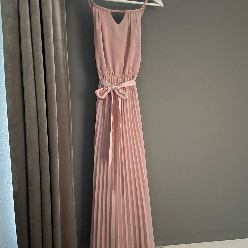 Säljer min fina balklänning då den inte kommer till användning🥰. Klänningar.