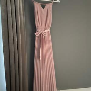 Säljer min fina balklänning då den inte kommer till användning🥰