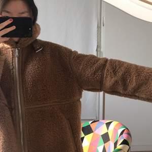 Jätte söt fluffy teddy jacka, köptes förra vintern men var för tunn för att användas så han bara ha på mig den ett få tal gånger.