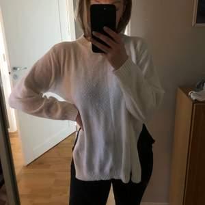 Snygg vit tröja me en slits i sidan. Från boohoo.  Använd någon gång men är i fint skick. Storlek s men passar också m som jag har. Frakt tilkommer
