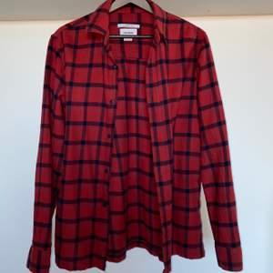Säljer min schyssta Pull & Bear Flannel tröja då jag vuxit ur den. Använd men i bra skick (9/10). Priset är förhandlingsbart. Köparen står för eventuell frakt.