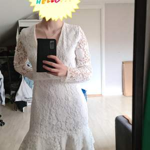 Säljer denna vita klänning från nelly som är köpt för två år sedan men aldrig använd. Lapparna sitter kvar. Slutar strax över knäna på mig som är 163 cm. Strolek small          Perfekt till student, midsommar och andra festligheter 🤍                              Frakt tillkommer!