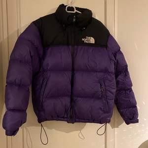 Säljer nu min älskade jacka i modellen 1996 Retro nuptse. Endast använd en säsong (denna vinter). Modellen är slutsåld överallt och retailpriset ligger på 3500:-.Säljer för rimliga bud💜 Jag är vanligtvis en S i strl och denna sitter perfekt på mig (herrstorlek M)