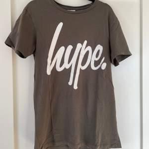 Grön hype t-shirt, köpt på Junkyard, i fint skick. Storlek medium. Köparen står för ev frakt