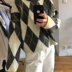 Säljer min stickade tröja från HM i ett coolt rutigt mönster💓 Den är superskön och lite oversized i modellen! Från HM X PRINGLE OF SCOTLAND🙌🏻 startpris: 50 sek eller bud i kommentarerna🎉 köparen står för frakten🥰