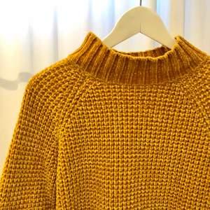 En mysig och varm stickad tröja från H&M i storlek M. Färgen är senapsgul eller nästan lite guld. Väldigt mjuk och mysig och i fint skick.