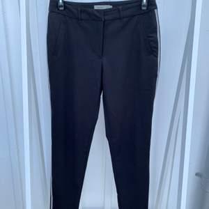 Svarta kostymbyxor från Vero Moda i ett tunt material och med fina virkade revärer. Använda ett fåtal gånger och är i nyskick.