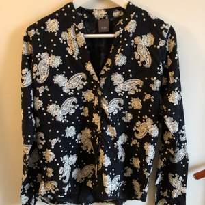 Fin mönstrad skjorta från Ichi, lite urringad/v-ringad. Strl S. Köparen står för frakten🖤