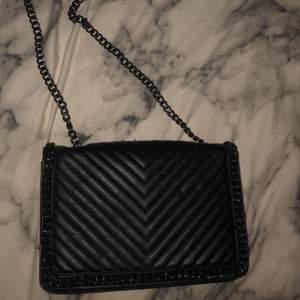 Helt ny svart väska. Skitsnygg! Säljes pga jag har på tok för många som är likadana & jag använder inte ens väska 😂 använd max 1-2 gånger. ☺️