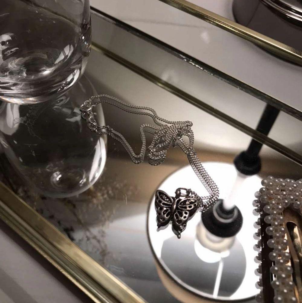 Säljer jättefint silver halsband( kedjan är av äkta silver ) med en fjäril berlock.🦋. Accessoarer.