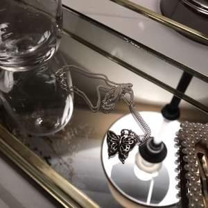 Säljer jättefint silver halsband( kedjan är av äkta silver ) med en fjäril berlock. Kedjan är av äkta silver🦋