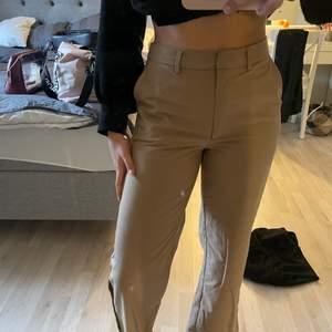 Jag säljer mina NaKd byxor i storlek 38. På mig sitter dem bra men eftersom jag knappt använt dem är det ej värt att ha kvar. Jag är 164 cm lång och längden är perfekt för mig personligen. Nypris 499                            Köpare står för frakt:)