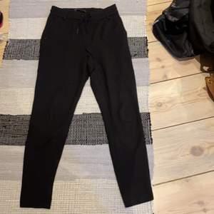 Säljer nu dom här byxorna då dom inte kommer till användning längre. Dom är en mjukare variant av kostymbyxor.