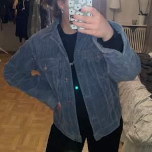 Blå manchester jacka från Gina i strl S, det finns inga sidofickor utan endast bröstfickor 💙🦋🦕 så fin men kommer aldrig till användning längre, 150kr+frakt!!