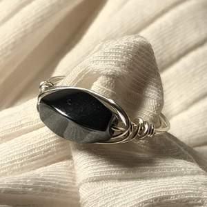 Handgjord ring av mig. Innerdiameter är 18 mm. (Den är silverpläterad, så undvik att tvätta händerna med den på) Köparen står för frakt (12kr). Betalning sker via Swish.