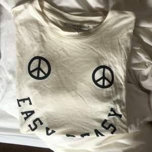 Säljer min t-shirt från ganni. Varan är endast använd 1-3 gånger och är i gott skick. Nypris 580kr men säljer för 170kr! (Köparen står för frakt, om annan frakt önskas går det självklart att fixa✌️) T-shirten är i storlek M och passar mig som bär S annars.