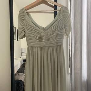 Jag säljer nu min klänning från 9ans bal! Den är använd en gång. Den är i strl 34 och den går ungefär till knäna på mig som är 160 cm lång. Den är i en jätte fin ljus grön färg. Kontakta mig för fler bilder av klänningen🥰 köparen står för frakten