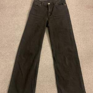 Jättefin och bekväma raka jeans från märket monki. Jag säljer detta pågrund av att den inte kommer till användning längre. Jag har bara använt de 2-3 gånger. Så de är i ett jättebra skick:)