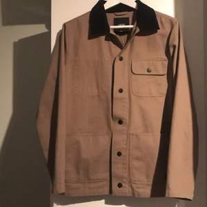 Hej, säljer min vans khaki jacka som jag aldrig kom att använda, den är strlk S och orginal pris var 800kr. Har inte bestämt mig för pris så var inte rädda att buda! Frakt med kommer