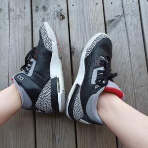 Nike Air Jordan 3 Retro OG BG modell Black cement storlek 40🐘. De har använts ett fåtal gånger men är som helt nya. De är små i storleken och skulle passa bättre som en 38/39. De är i barnmodell och nypris är 330$. Står ej för fraktkostnaden.                  KOLLA IN PROFIL FÖR FLER SAKER😊
