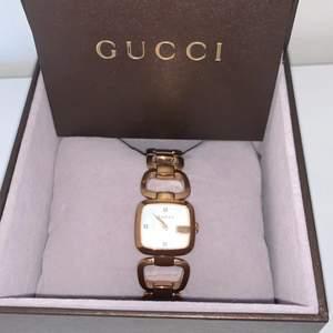 Damur Gucci, roséfärgat stål, quartz, 24x22mm, vit pärlemourtavla med 3 diamanter, länk 16,5cm, bok med garantiblad juli 2016, Royal Design Group, Kalmar, box, inga övriga tillbehör.knappt använd