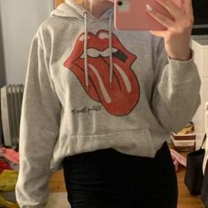 Cool hoodie i storlek S. Säljs för 100kr. Frakt ingår📦