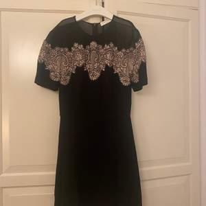 Så himla fin sandro klänning som börjar bli lite för liten för mig. Använd väldigt få gånger!