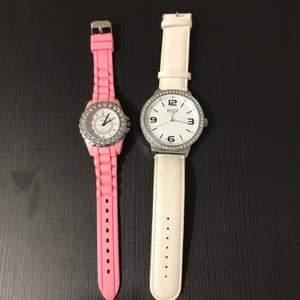 1 rosa klocka , 1 vit klocka.