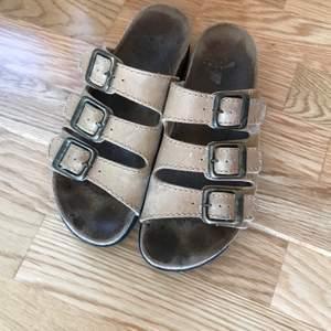 """Bekväma tofflor från märket Scholl i strlk 38. Inköpta för ett år sedan. Inte använt så ofta pga lite för """"smala"""" för min fot."""