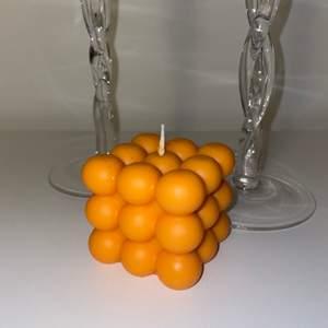 Egentillverkat ljus i doften körsbär, säljs för 60kr. Frakt kostar 48kr.