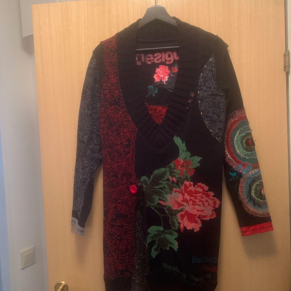 Säljer en Desigual klänning, tyget är en blandning mellan träningskläder och en mys tröja. Den är väldigt skön att ha på sig en kall kväll. Strl L (Dåligkamera, drf är det lite prickar o suddigt) . Klänningar.