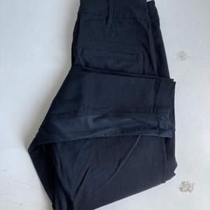 Svarta kostymbyxor med sömmar som detaljer. Knappt använda och fint skick. Tightare nedtill och lite större i midjan (generellt och för mig 155cm)