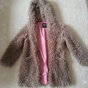 Mysig teddyjacka med rosa foder