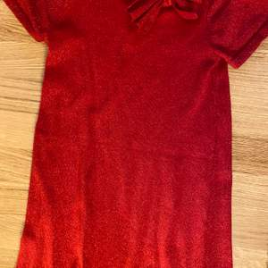 Jätte gullig, glittrig och röd julklänning i bra skick! (för barn 8-10 år ungefär) säljer då jag heeelt klart har vuxit ur den men bara använd 1 gång för ett litet tag sedan. Från H&M's barn avdelning.