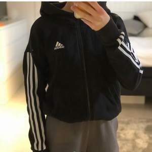 Säljer en svart adidas hoodie med dragkedja för den är för liten i storlek Xs lånade bilder✨