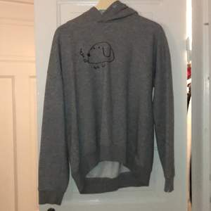 Säljer världens sötaste 90-00 tals Bob hund hoodie som jag själv har ritat så det finns bara en sånhär hoodie! Om det är många intresserade så får ni buda i kommentarerna.  Om det inte står att plagget är såldt så är det inte såldt.