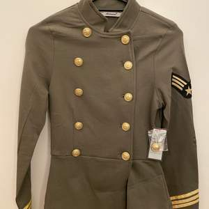 Fin blazer med guld knappar i khaki grön ny aldrig använd med prislapp kvar