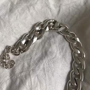 (Man beställer via Instagram DM @angelus.uf) - Vi är väldigt stolta över att lansera vårat andra unisex armband! Detta armband finns för tillfället endast i silver och är tillverkat av endast återanvänt material för att även här minska vår miljöpåverkan🌎   Vid beställning nämn gärna om du önskar Alex armbandet i läder eller detta med kedja, eller varför inte båda!  Mer info finns på vår Instagram @angelus.uf