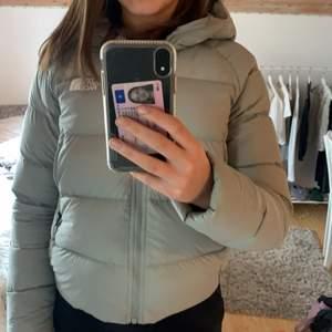 En väldigt fin grön turkos dunjacka,perfekt nu till vintern! Ny pris 2300kr💕har en luva och väldigt stora fickor! Köp förra vinter och är i ett vilket gott skick🌟