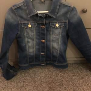 Jeansjacka från Zara. 13-14år, 164cm. Använd ett fåtal gånger, inga bilder på hur den sitter på eftersom jag inte får på mig den längre. Köparen står för frakten.